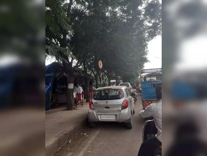 वाहतूक कोंडी मध्ये पार्किंग
