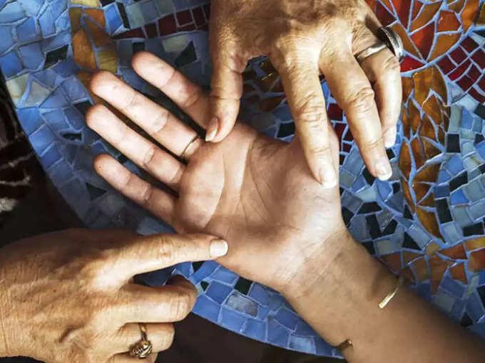 जर तुमच्या हातावर असे चिन्ह असेल तर व्यक्ती खूप धनवान असतो