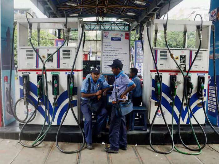 पेट्रोल और डीजल के दाम 35-35 पैसे चढ़े (File Photo)