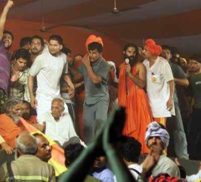 बाबा रामदेव को पुलिस से बचाने के लिए समर्थकों ने उन्हें चारों तरफ से घेर लिया।